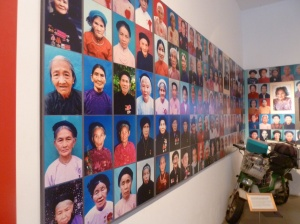 """Nach dem Vietnamkrieg verlieh die Regierung jenen Frauen, die ihre Kinder in den Kämpfen verloren hatten, den Titel """"Heroische Mütter von Vietnam"""""""